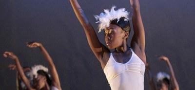 Inwiefern prägt der Name den Menschen? Könnte eine junge afrikanische Choreografin mit dem Vornamen Dada überhaupt einen klassischen Schwanensee inszenieren? © John Hogg