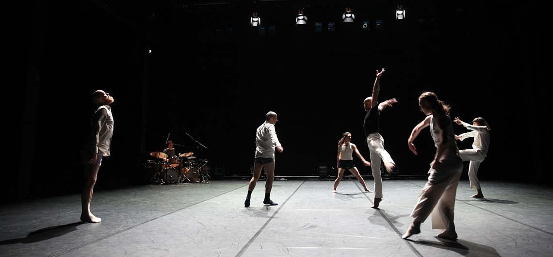 Der libanesische Regisseur und Schauspieler Rabih Mroué widerlegt mit seiner ersten choreografischen Inszenierung das ästhetische Prinzip tänzerischer Jugendlichkeit. © Dorothea Tuch