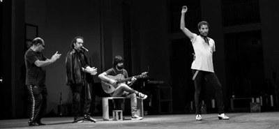"""Partydrogen, Püppchen und Popcorn-Schlacht bei """"La Fiesta/Das Fest"""" im Festspielhaus St. Pölten. Israel Galváns Uraufführung als Dekonstruktion des Flamenco. © Anette Hauschild"""