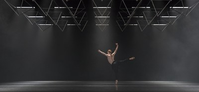 Der britische Choreograf Wayne McGregor lässt sein Ensemble nach seiner eigenen DNA tanzen – mathematische Berechnungen machen es möglich. Was mit Autobiography auf die Bühne gelangt, ist eine Symbiose aus Genetik und Kunst. Im Festspielhaus St. Pölten machte die Compagnie Station. © Andrej Uspenski