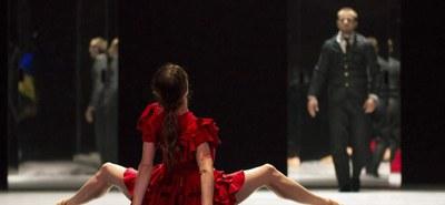 """""""Carmen"""" von Johan Inger vereinte im Festspielhaus St. Pölten die spanische Tanzgruppe Compania Nacional de Danza und das Tonkünstler-Orchester Niederösterreich, zu einer stilistisch starken Aufführung. Inhaltlich lässt sich aber diskutieren, ob der Geschlechtergewalttopos auch 170 Jahre nach der literarischen Urauflage noch auf die althergebrachte Weise aufzulösen ist.  © Jesús Vallinas"""