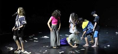 """Die Choreografin und Artist in Residence Silke Grabinger hat nach nur sechs Wochen Probenarbeit im Festspielhaus St. Pölten die zeitgenössische Choreografie """"Disastrous"""" mit drei Jugendlichen und drei Erwachsenen auf die Bühne gebracht.  © Katharina Zettel"""