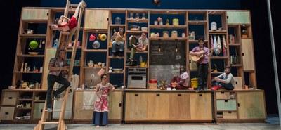 Mit Cuisine & Confessions gelang der akrobatischen Künstlergruppe Les 7 Doigts De La Main im Festspielhaus St. Pölten eine außergewöhnliche Kochshow. © Alexandre Galliez