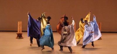 """""""Waxtaan"""" bedeutet in der westafrikanischen Sprache """"Wolof"""" so viel wie politisches Streitgespräch oder Diskussion. Der hohe Energielevel bei der gleichnamigen Choreographie von Germaine Acogny und ihrem Sohn Patrick erzeugt dennoch eine positive Atmosphäre. Dass es sich bei Politik nicht um langwierige Diskussionen handeln muss, beweist die senegalesische Companie Jant-Bi, die im Festspielhaus St. Pölten einen humorvollen Reigen um Status- und Machtspiele kreiert. © Thomas Dorn"""