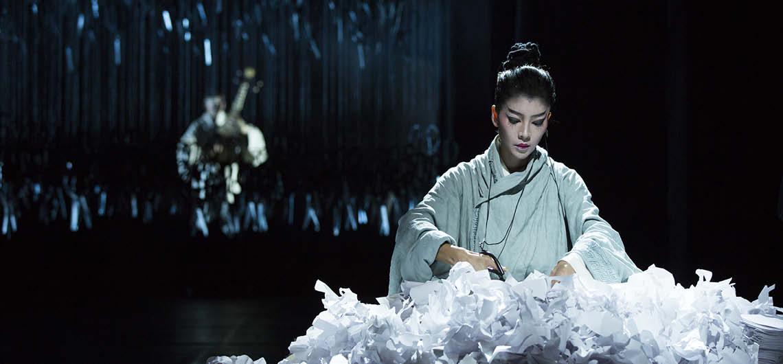 """Eine an der Börse in Peking notierte Tanzkompanie? Diesmal vielleicht eine mit künstlerischem Anspruch durch die Welt tingelnde Shaolintruppe? Was ließ sich von """"Under Siege"""", der Umsetzung eines in China beliebten historischen Bühnenstückes, durch die chinesische Starchoreografin Yang Liping erwarten? © LI YI Jian"""