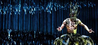 Mit einem Mix aus Traditionellem und Abstraktem bringt Yang Liping die historische Chu-Han Auseinandersetzung auf die Bühne. Ein geschlagener, hilfloser König, ein angeschlagener, mächtiger Sieger und ein brutales Blutbad. Die erste Begegnung der beiden chinesischen Herrscher geschieht wie das Aufeinandertreffen von zwei glühenden Feuerbällen: König Xiang Hu steht als chinesisches Wappentier mit seinen schwarz gekleideten, zahlreichen Kriegern zum Angriff bereit. Auf der anderen Seite, sein Gegenspieler und zukünftiger Kaiser, Liu Bang, mit schwebender, leichter und taktvoller Artikulation. Beide verkörpern Konkurrenz, Grausamkeit und Hass. © DING Yi Jie