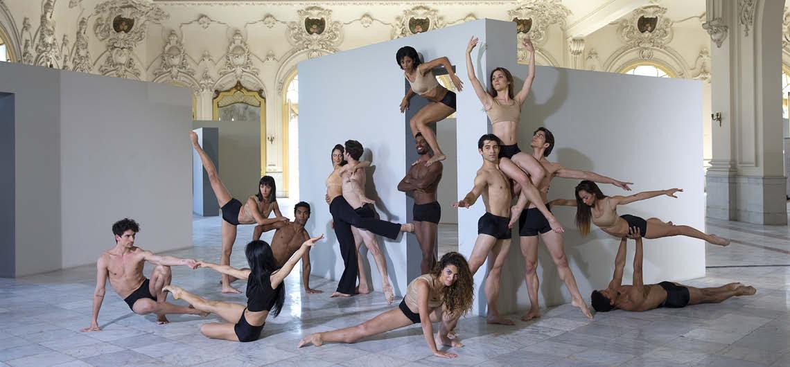 """Die Kompanie des kubanischen Ballettstars Carlos Acosta beeindruckt in ihrem vierteiligen Programm """"Debut"""" mit technischer Perfektion, lässt aber wesentliche Fragen nach der künstlerischen Ausrichtung unbeantwortet. Vom Publikum dennoch bejubelt. © Manuel Vason"""